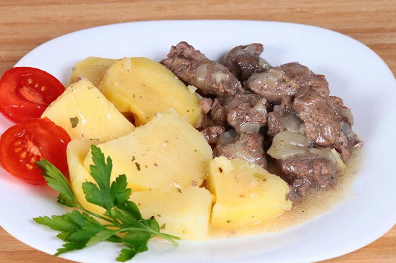 Мясо отварное с молодым картофелем